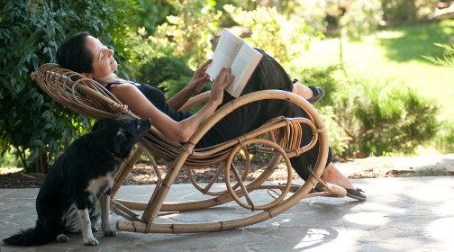 schaukelstuhl beschwingtes sitzen. Black Bedroom Furniture Sets. Home Design Ideas